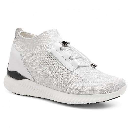 In den hohen Stöckelschuhen tragen Sie weiße Strick-Sneakers, mit denen Sie größere Schuhe machen können. 8 CM