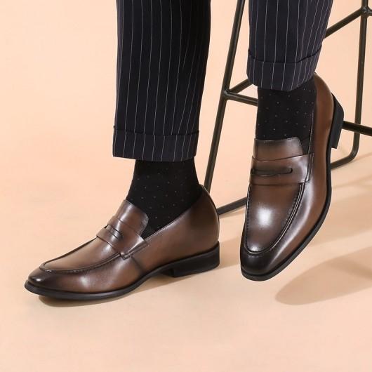 CHAMARIPA รองเท้าเพิ่มความสูงอย่างเป็นทางการผู้ชายสูงรองเท้าสีกากีสวมรองเท้าไม่มีส้นเพนนี 7 CM สูง
